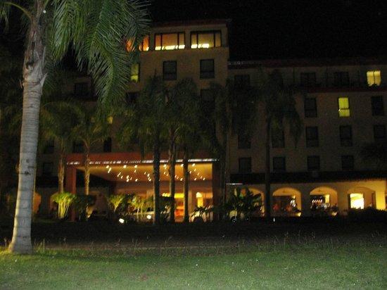 Panoramic Grand: Vista nocturna del hotel