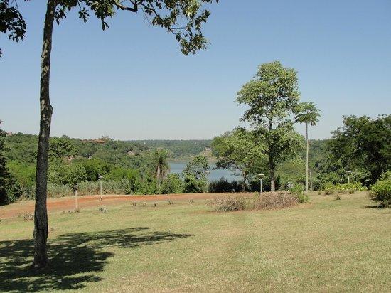 Panoramic Grand: Vista del río desde el parque del hotel