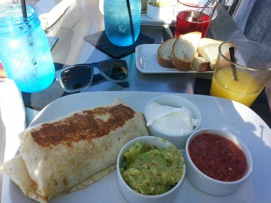 Pacific Edge on Laguna Beach, a Joie de Vivre Hotel: Breakfast at The Deck!