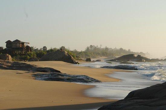 Kirinda Beach Resort: La plage et la piscine en hauteur