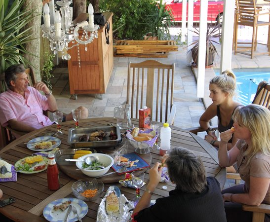 Mountain Manor Guesthouse: Lovely braai area around pool available to Guests