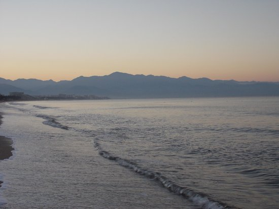 Hotel Riu Palace Pacifico: views from the beach at sunrise