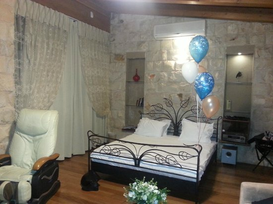 Hamakom Suites: Bed with baloons