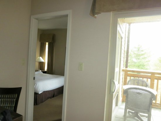 Executive Suites Hotel & Resort: Bedroom and balcony door