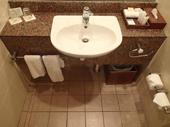 Rydges Tradewinds Cairns: Bathroom