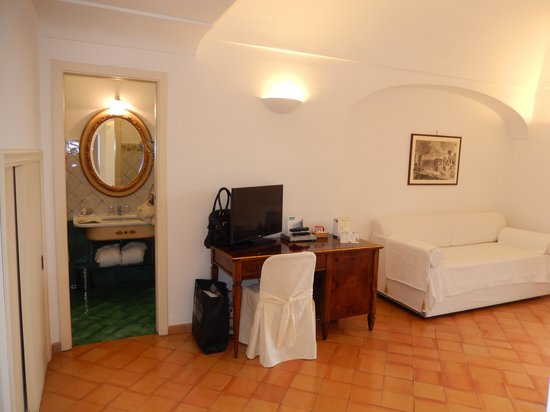 Hotel Ancora: Big spacious room with a nice couch.
