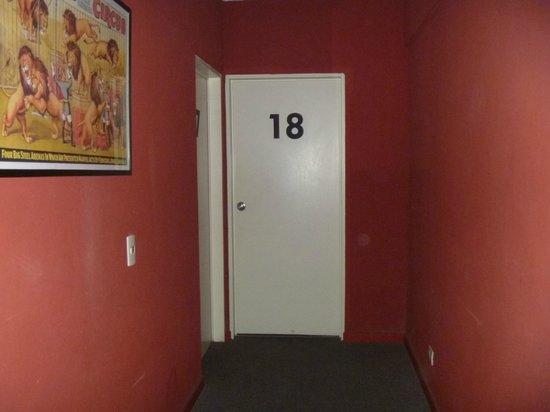 Circus Hostel & Hotel : Puertas de la habitación