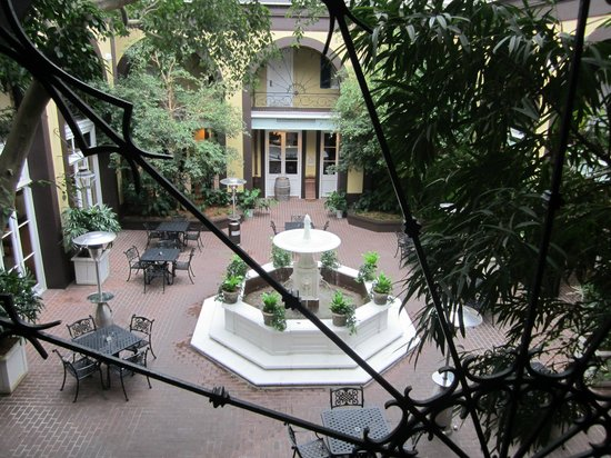 Hotel Mazarin : courtyard just off the lobby
