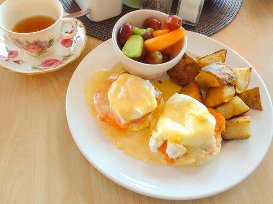 Dancing Moose Cafe : Smoked arctic char egg benedict - superb!