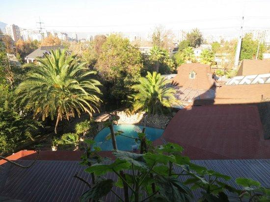Manquehue Santiago Las Condes: Vista da piscina da janela do nosso quarto