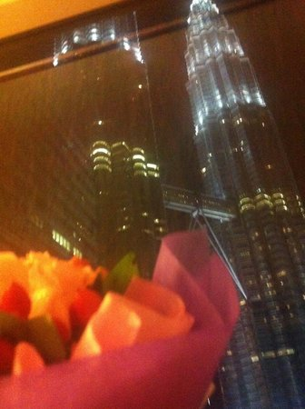 Mandarin Oriental, Kuala Lumpur : Night oom view with the bouquet