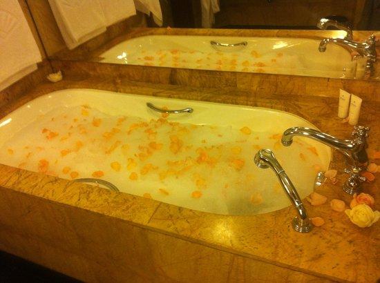 Mandarin Oriental, Kuala Lumpur : Honeymoon bath!