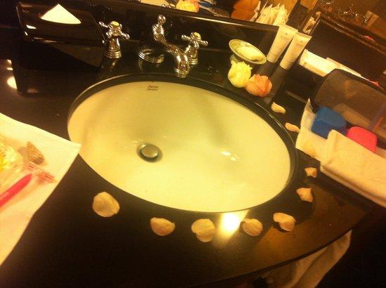 Mandarin Oriental, Kuala Lumpur : Bathroom honeymooners :)