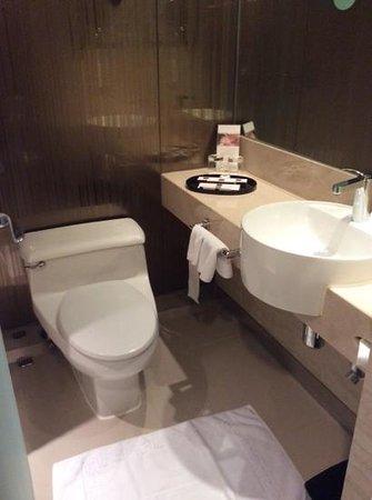The Kowloon Hotel: nice bathroom