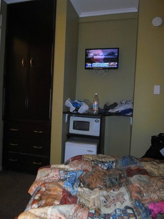Riverside Tower Hotel: Вид с кровати на противоположную стену