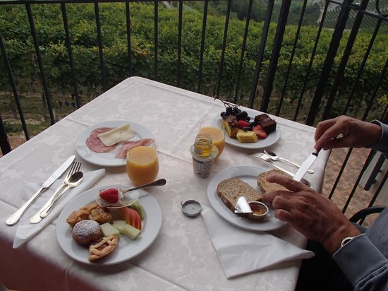 Antico Podere Tota Virginia: Enjoy breakfast outside if you can