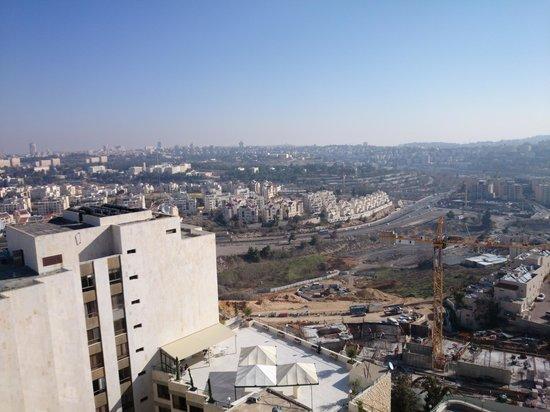 Rimonim Shalom Hotel Jerusalem: Vista do bairro de dentro do apartamento