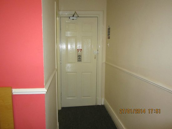 Chequers Plaza Hotel Blackpool: Doorway and 'entrance hall' to room
