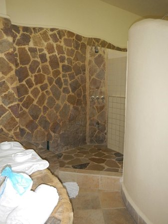 Issimo Suites Boutique Hotel and Spa : shower