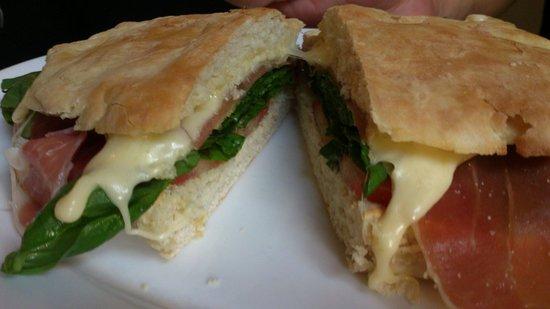 Cafe Luthier : Mediterráneo en pan casero blanco!!!