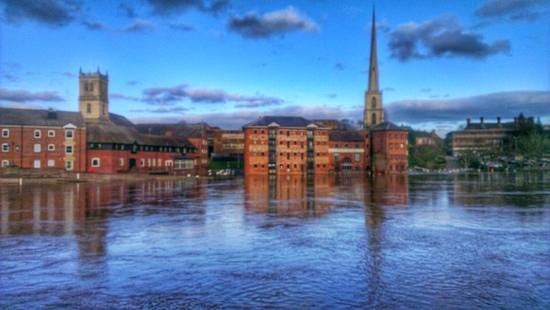 Premier Inn Worcester City Centre Hotel: view from in front of hotel ..... sure it wont always be flooded but added to the beauty