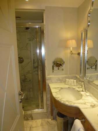 Starhotels Splendid Venice: Compact bathroom