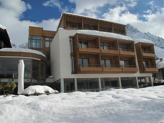 Parkhotel Ladinia : l'albergo e vetrata piscina
