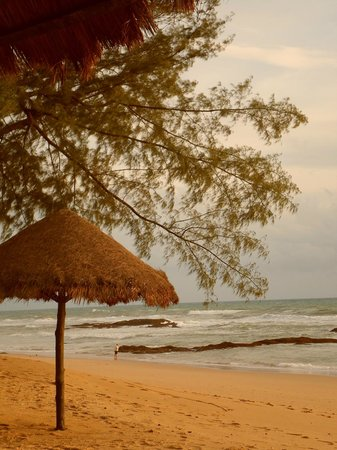 Natai Beach Resort & Spa, Phang-nga : parts of the huge beach