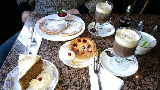 Queen of Tarts: Amazing food! A must visit! We went for carrot cake, raspberry cheesecake and some raspberry pan