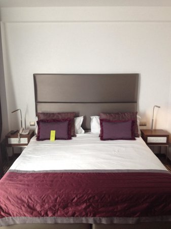 Neya Lisboa Hotel: Our bedroom. Nice and comfy.