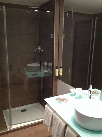 Neya Lisboa Hotel: Nice bathroom with hot shower.