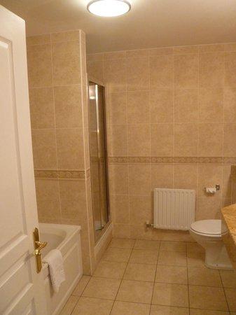 Bracken Court Hotel: Big bathroom with bath and separate shower