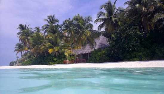 Veligandu Island Resort & Spa: Madivaru Restaurant seen from the Sea