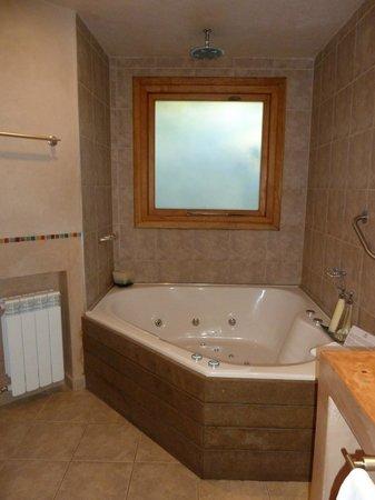 Lirolay Suites: Jacuzzi