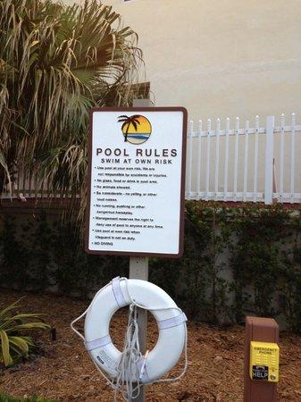 Holiday Inn Miami Beach: Advertencia en pileta...sin guardavidas, a propio riesgo