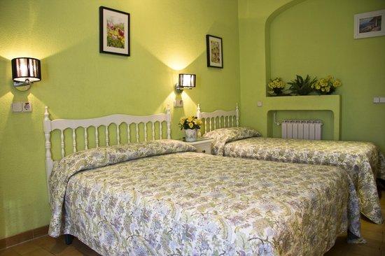 Hostal Los Alpes: Habitación triple familiar (cama matrimonio e individual)