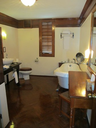 Savoy Hotel Yangon: suite bathroom