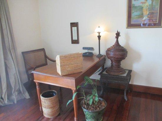 Savoy Hotel Yangon: work area suite