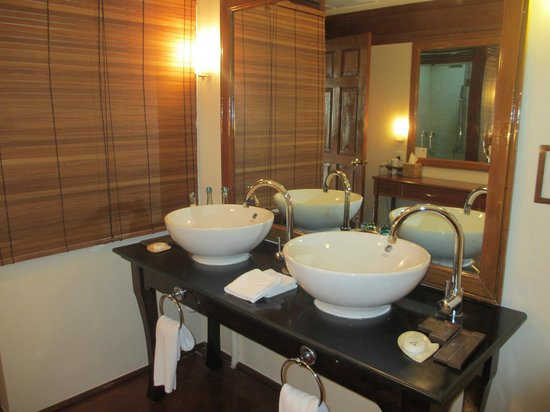Savoy Hotel Yangon: double sinks suite