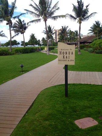 Honua Kai Resort & Spa: Entering the property from the beachwalk