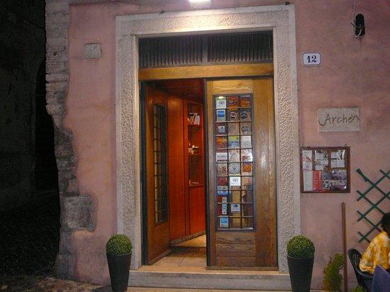 Pizzeria Arche': Entrance into the restaurant.