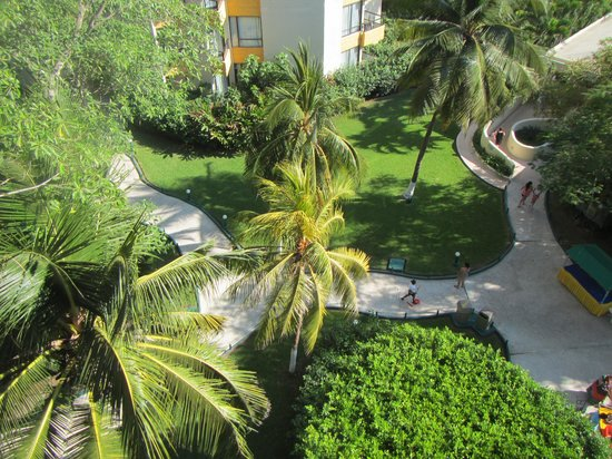 Hotel Fontan Ixtapa: Our view down on the grounds, the main buffet is the building in the right hand side