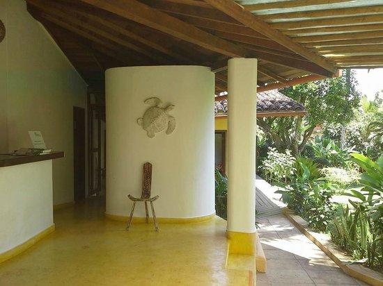 Pousada Jardim das Margaridas: Area de paso entre el desayunador y el area de pileta. Hermosos detalles.