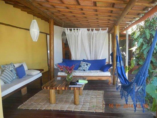 Pousada Jardim das Margaridas : Area de lectura o descanso justo al lado de la piscina
