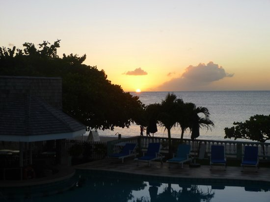 Kalinago Beach Resort: Sunset over the pool and bar