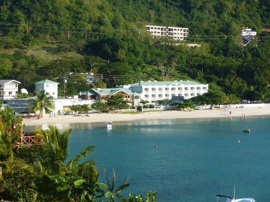 Kalinago Beach Resort: View of hotel/beach from just above Sangria restaurant