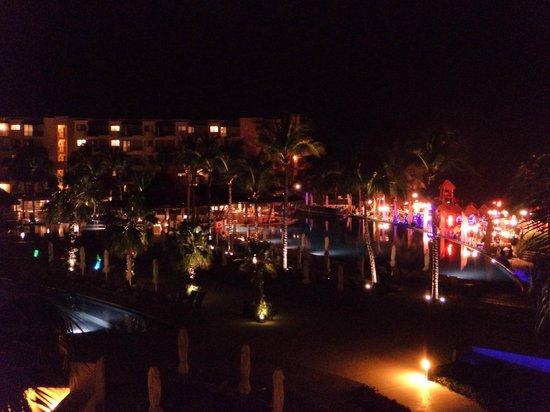 Dreams Riviera Cancun Resort & Spa: Vista desde mi terraza al area de albercas
