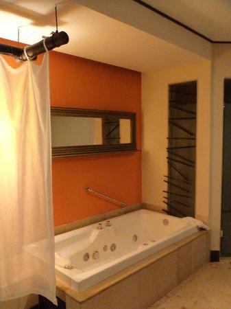 Dreams Riviera Cancun Resort & Spa: Tina de hidromasaje en el baño