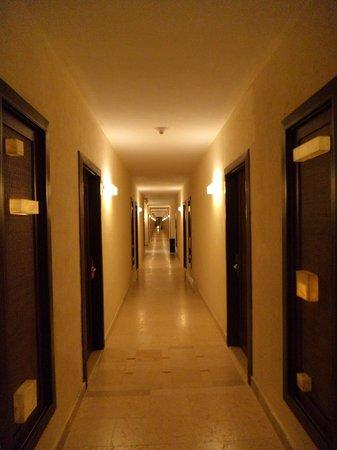 Dreams Riviera Cancun Resort & Spa: pasillo de mi habitacion a los elevadores