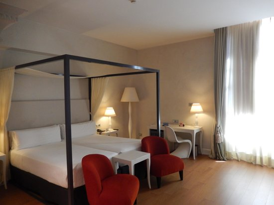 NH Collection Firenze Porta Rossa: Our spacious room